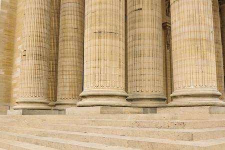 columnas romanas: Detalle arquitectónico de columnas en París, Francia. Foto de archivo