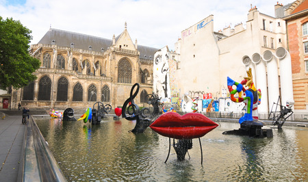 salvador dali museum: Paris, France – July 7, 2015: Traditional and contemporary architecture by the Georges Pompidou Centre in Paris, France. The Georges Pompidou Centre is a famous museum of modern art in the French capital city. Editoriali