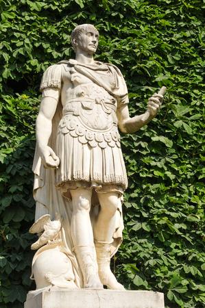 Estatua de Julio César, emperador romano, en el jardín de las Tullerías, París, Francia Foto de archivo