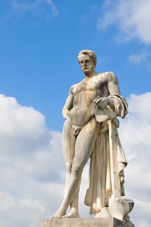 desnudo masculino: Estatua que representa a hombre desnudo en París, Francia
