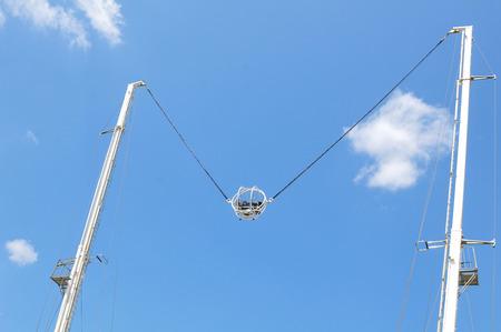 bungee jumping: Par�s, Francia - el 9 de julio de, 2015: la gente se divierte en puenting inversa en parque de atracciones por Museo del Louvre en Jard�n de las Tuller�as, Par�s Editorial