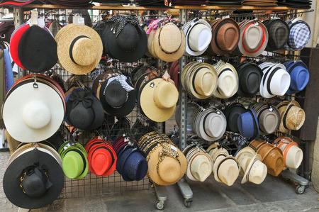 París, Francia - el 9 de julio de, 2015: Sombreros para la venta en la calle de Rivoli, en el centro de París