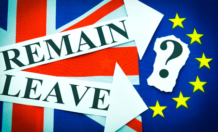 bandera reino unido: concepto referndum Brexit brit�nica de la UE con banderas y mensajes t�pica Foto de archivo