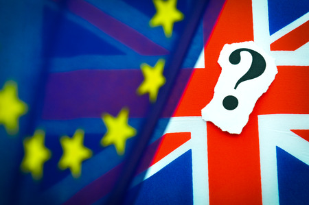 conflict: concepto referéndum Brexit británica de la UE con banderas y mensajes tópica