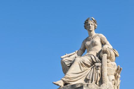 vasi greci: Dettaglio architettonico della statua raffigurante donna versando acqua contro il cielo blu Archivio Fotografico