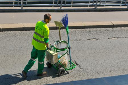 cesto basura: París, Francia - el 9 de julio de, 2015: limpiador de la calle con la papelera de reciclaje en las calles de París