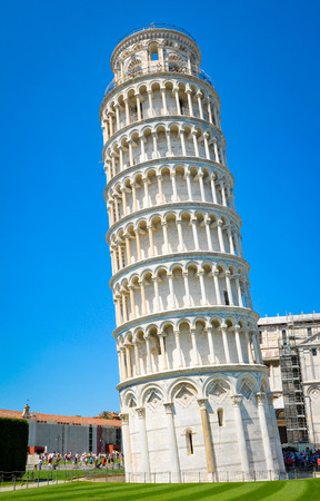 Architecture detail of the famous leaning tower of Pisa in Italy. 免版税图像