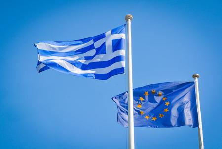 Vlaggen van Griekenland en de Europese Unie in Athene Stockfoto