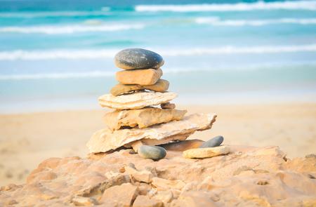 Bringen Sie Ihr Leben, Ihre Meditation, Ihre Achtsamkeit oder Ihr Zen-Konzept mit Steinen in Einklang, die am Meer aufgestapelt sind