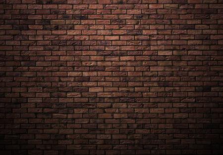 조명이 어두운 오래 된 벽돌 벽