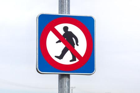 prohibido el paso: firmar prohibido el paso en el poste de metal Foto de archivo