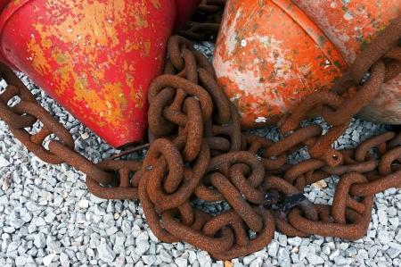 boyas: cadenas n�uticas met�licos con boyas Foto de archivo