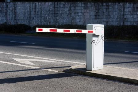 駐車場に車のセキュリティ障壁