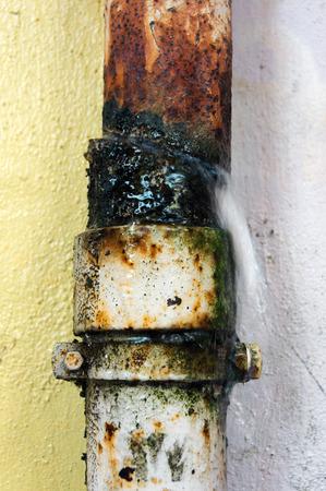 rusty: tubo de desagüe roto con fuga de agua Foto de archivo