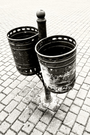 garbage can: garbage can. Black and white