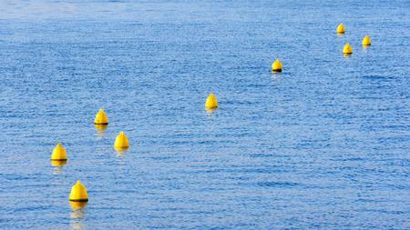 boyas: boyas amarillas flotando en el agua Foto de archivo