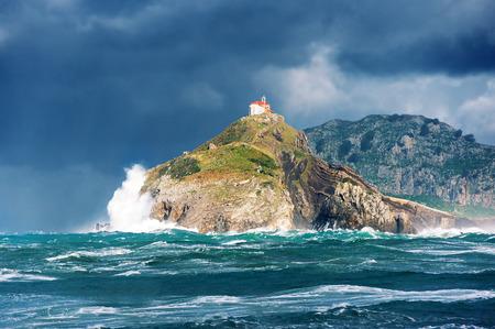San Juan de Gaztelugatxe met ruwe zee. Baskenland Stockfoto
