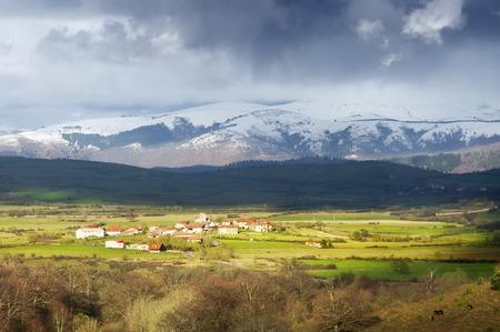alava: Unza village sourrounding by mountains. Alava, Basque Country Stock Photo