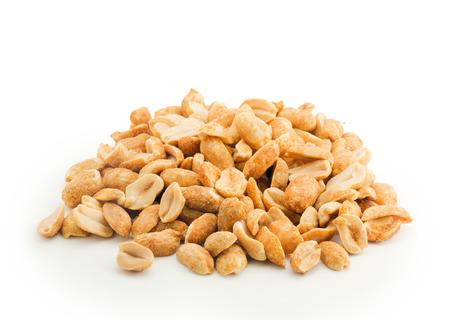 cacahuate: mont�n de cacahuetes aislados sobre fondo de color blanco
