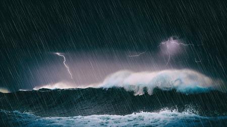 onweer in de zee met grote golven en bliksem Stockfoto
