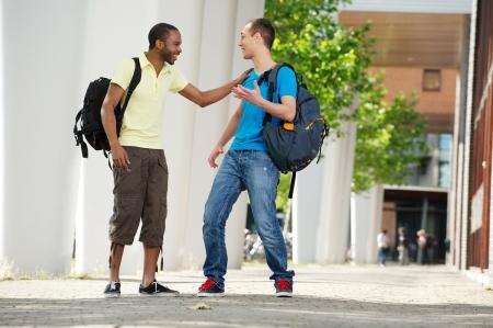dos personas hablando: estudiantes hablando y pasando un buen rato en el campus