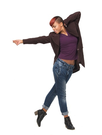 danza africana: Ritratto integrale di un afro-americano giovane donna che danza. Isolato su sfondo bianco