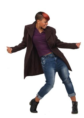 chicas bailando: Mujer de raza negra bailando y disfrutando de la m�sica. Aislado sobre fondo blanco