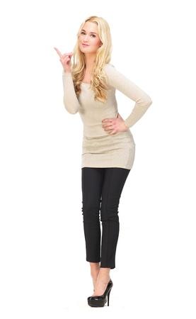 ragazza che indica: Corpo pieno ritratto di una bella ragazza che punta il dito su isolato su sfondo bianco Possibilit� per copia spazio