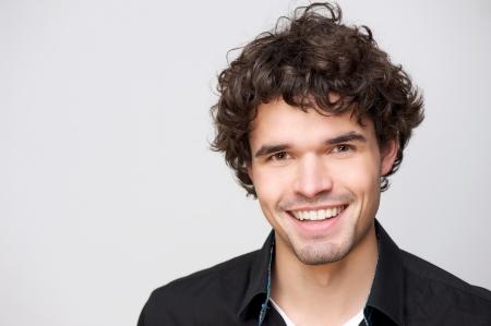 Close up Porträt einer schönen Mann mit einem Lächeln auf seinem Gesicht