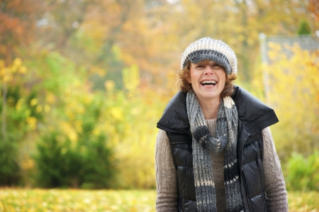 mujeres mayores: Retrato de una mujer feliz en el parque