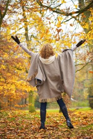 the middle ages: Mujer de mediana edad la celebración de la felicidad con los brazos abiertos.