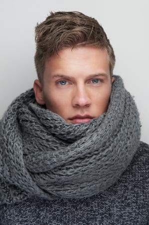 cabello corto: Close up retrato de un hombre guapo, con bufanda de lana