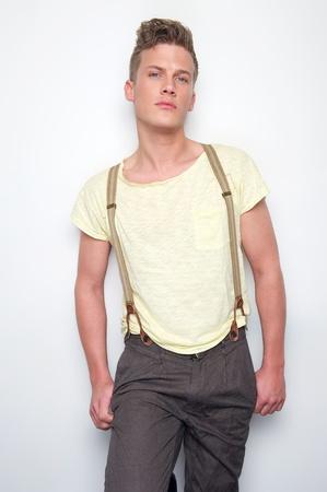 male fashion model: Modelo de moda masculina posando con tirantes