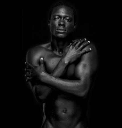 homme nu: Portrait d'un mannequin afro-am�ricaine se d�shabilla - noir et blanc
