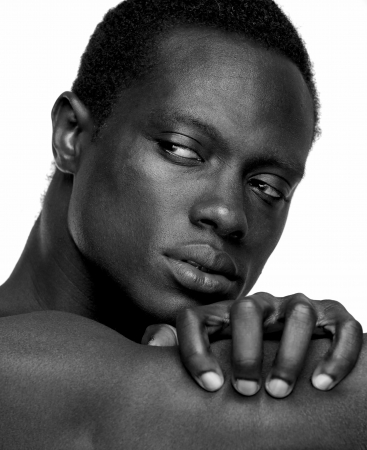 desnudo masculino: Retrato de un apuesto hombre afroamericano - blanco y negro