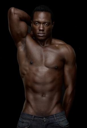 hombre desnudo: Retrato de un hombre atlético africano americano en topless