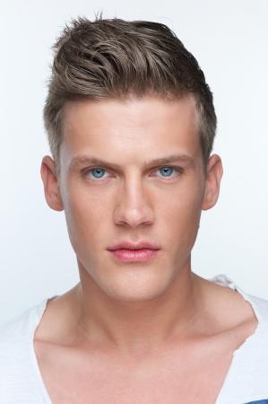 visage homme: Close up portrait d'un beau jeune homme Banque d'images