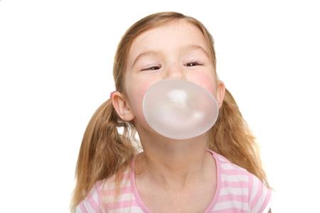 goma de mascar: Retrato de una linda chica soplando burbujas Foto de archivo