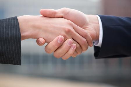 apreton de manos: Hombre de negocios y mujer de negocios apret�n de manos cerca