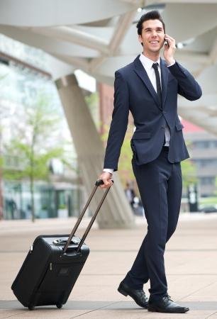 persona viajando: Retrato de un joven hombre de negocios viaja con el teléfono y la bolsa