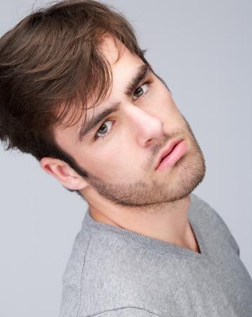 male fashion model: Retrato de un modelo de moda masculina atractiva