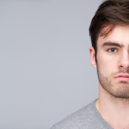 visage homme: Gros plan portrait de la moiti� du visage d'un beau jeune homme