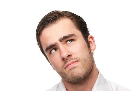 hombre pensando: Retrato de un hombre joven y guapo mirando hacia arriba, aislado en blanco