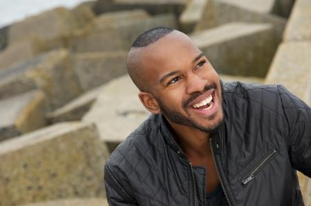 garcon africain: Portrait d'un homme beau black souriant à l'extérieur