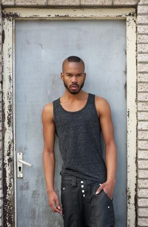 garcon africain: Portrait d'un mode African American les hommes modèle debout en plein air