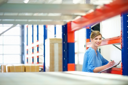 inventory: Retrato de una mujer de negocios control de inventario en un almac�n