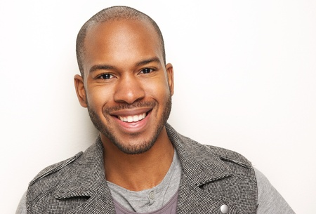 mannequin africain: Close up portrait d'un beau jeune homme souriant Banque d'images