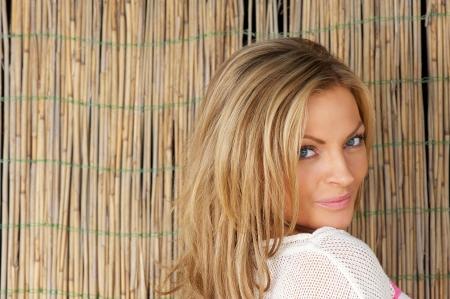 blonde yeux bleus: Horizontal close up portrait d'une belle jeune femme regardant la caméra