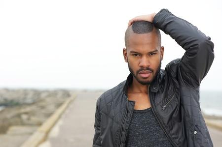 chaqueta de cuero: Retrato de una modelo masculino posando al aire libre