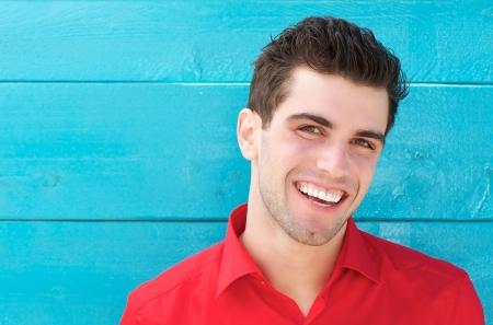 행복 웃는 젊은 남자의 수평 초상화를 닫습니다